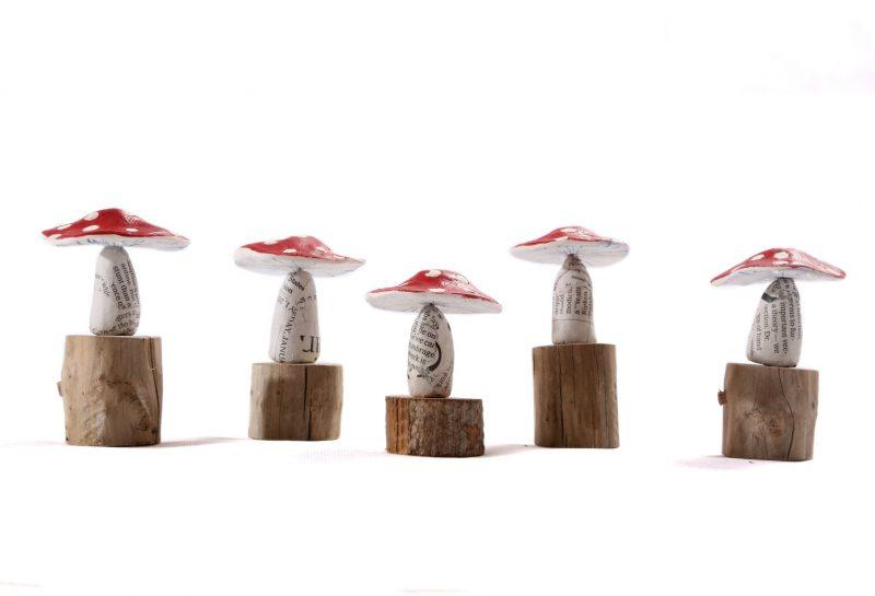 Pilze aus Keramikmasse auf Holz ca. 6cm